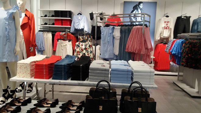 Các gian hàng H&M Việt Nam được bày trí đẹp mắt, gọn gàng
