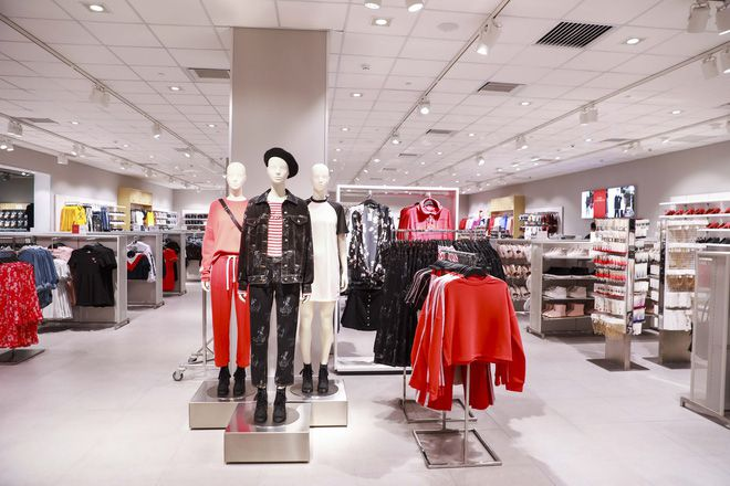 Không gian cửa hàng H&M Việt Nam rộng rãi và sang trọng