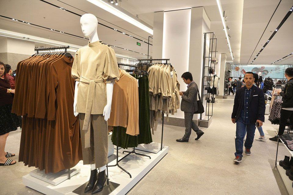 Cửa hàng Zara Hà Nội được bày trí sáng sủa và gọn gàng