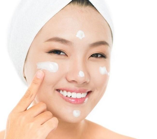 Chấm kem dưỡng thành 5 điểm trên gương mặt rồi tán đều