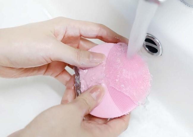 Rửa máy dưới vòi nước chảy nhẹ