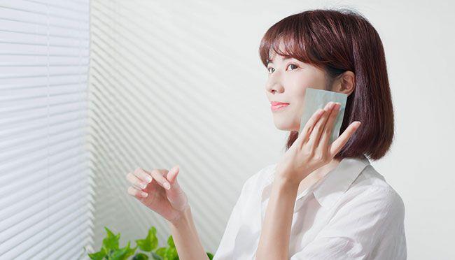 Dùng giấy thấm dầu chăm sóc da mặt hàng ngày