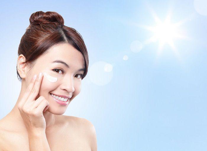 Kem chống nắng không thể thiếu trong chăm sóc da mặt