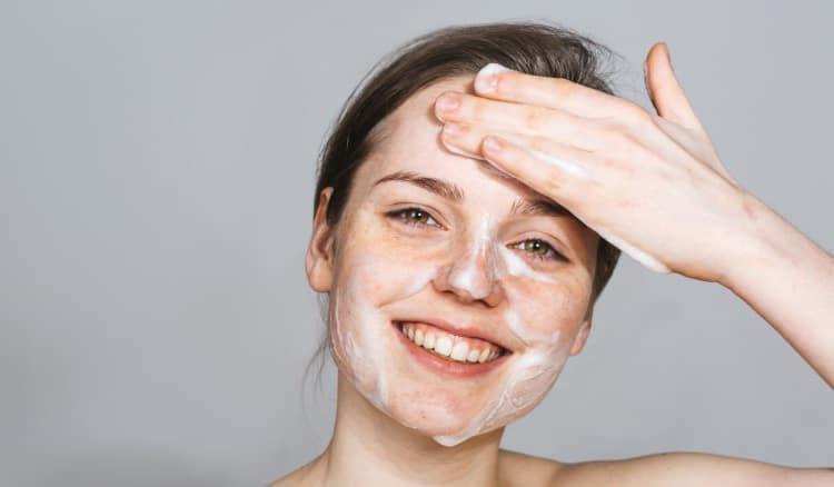 Chăm sóc da mặt buổi tối bằng sữa rửa mặt