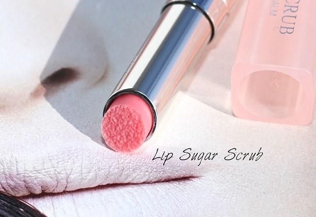 Thành phần son chứa các hạt đường siêu nhỏ giúp loại bỏ da chết môi nhẹ nhàng