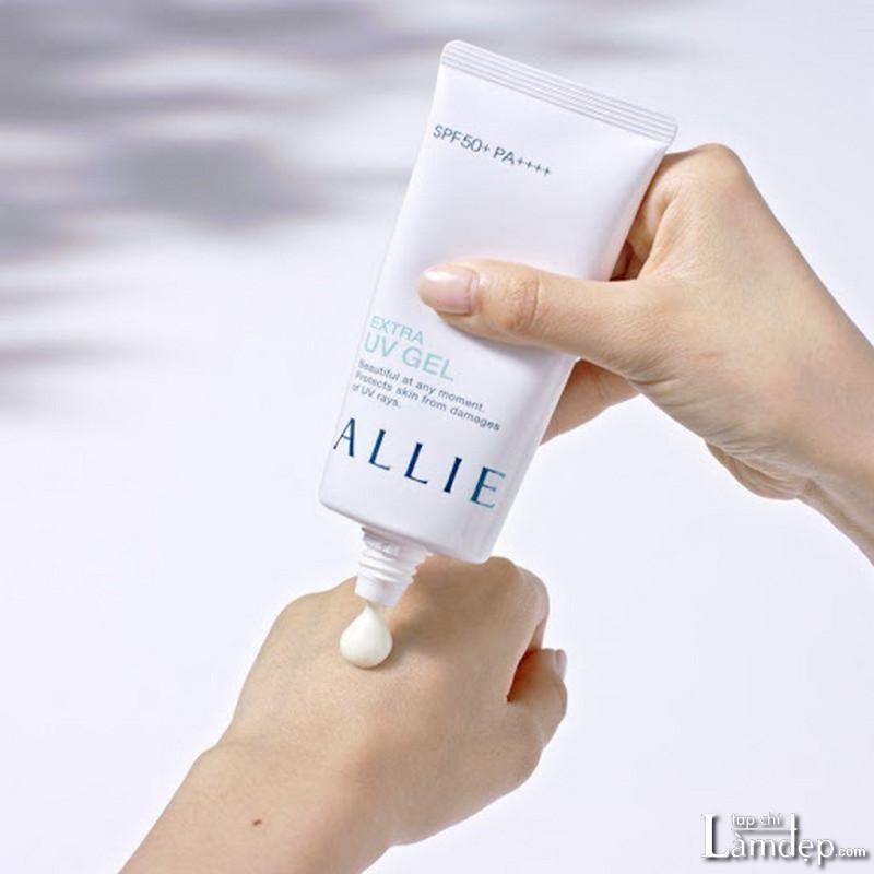 Chấm và thoa đều kem chống nắng lên vùng da cần được bảo vệ